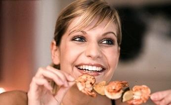 снизить давление модно за счет несоленой еды. Это дело привычки