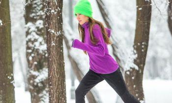 Зимний спорт поможет похудеть зимой из-за согревания организма за счет активизации кровотока а не сладкой пищи
